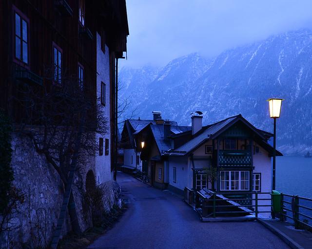 Farolas iluminadas en la noche de Hallstatt durante el invierno