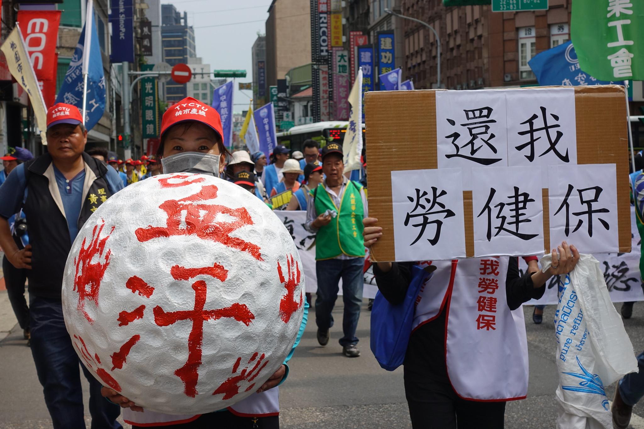 由桿弟組成,近日發起罷工抗爭、爭取勞健保的佳福工會。(攝影:張智琦)