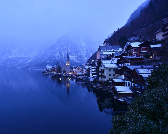 Hallstatt y su campanario iluminados como una postal invernal