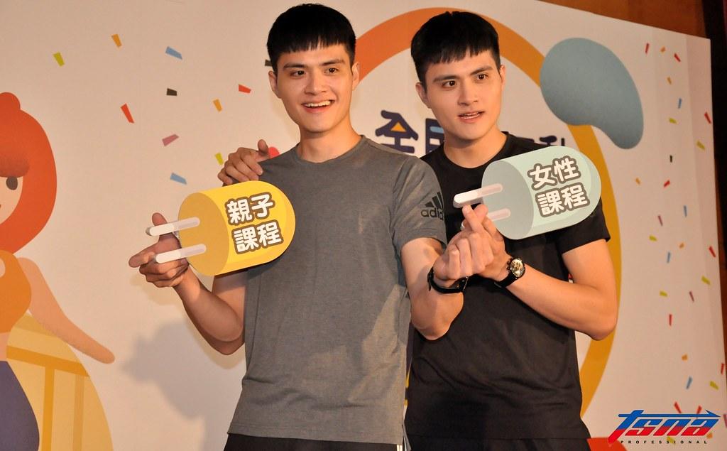劉鴻杰(圖左)與劉鴻敏向陳建禎請益旅日經驗。(張哲郢/攝)