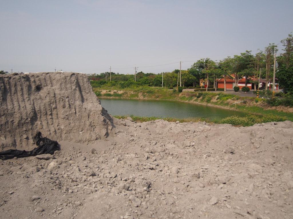 棄置數米高的焚化爐底渣,就位在魚塭的旁邊。攝影:陳宣竹。