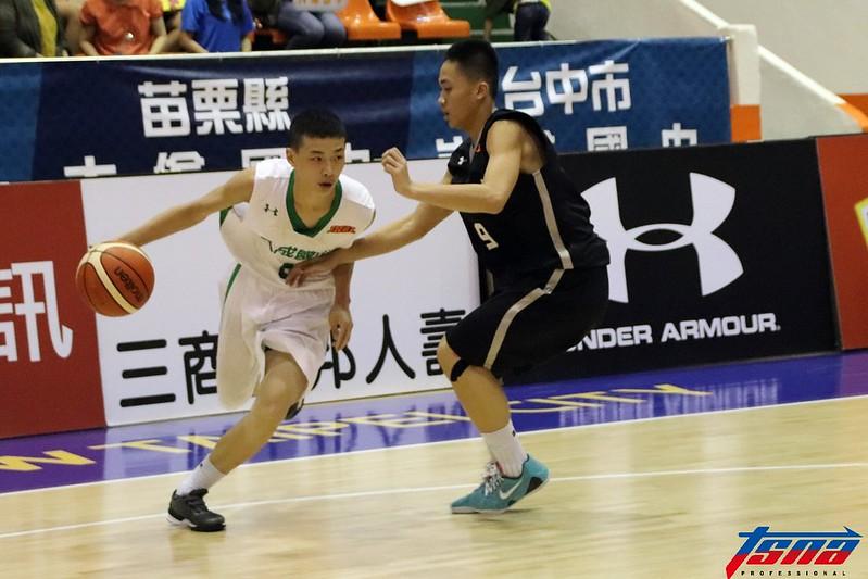 許皓翔(左)飆出大三元的表現,帶領大成國中戰勝強敵明仁國中。(林志儒/攝)