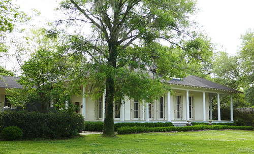 Historic house with a wrap around porch covington louis for Wrap house covington