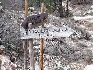 Les panneaux en haut de la montée de Ranuchjaghja sur la piste annexe de Luviu :accès en 4x4 par la piste pour descendre le sentier