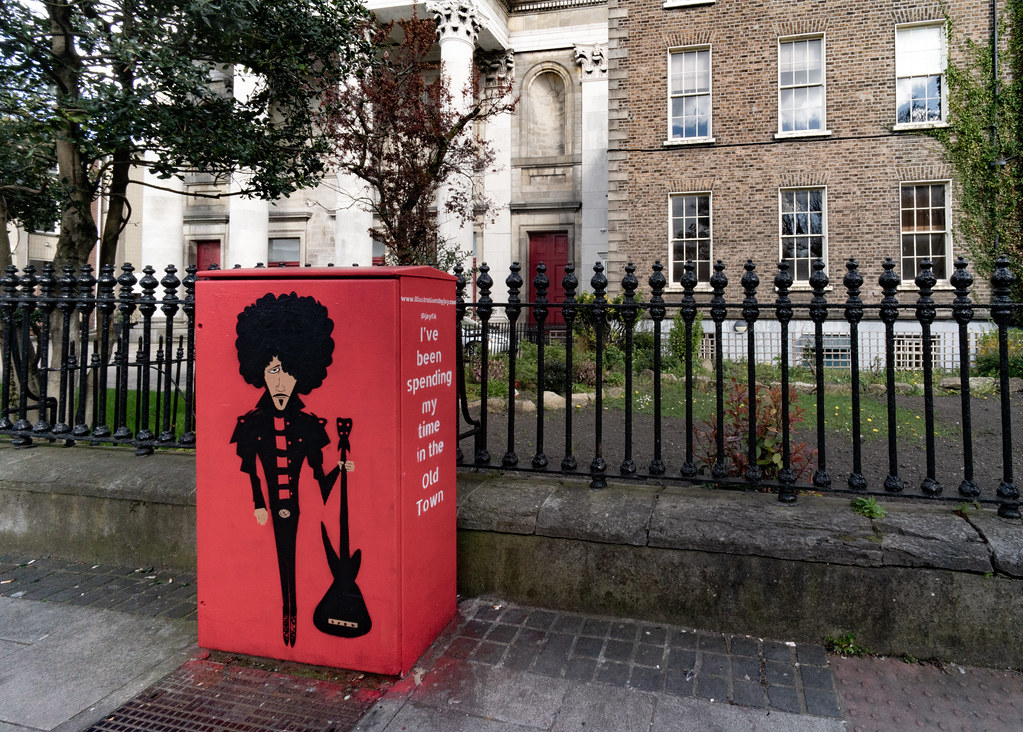 MEMORIAL TO PHIL LYNOTT PAINTED ON A UTILITY CABINET 003