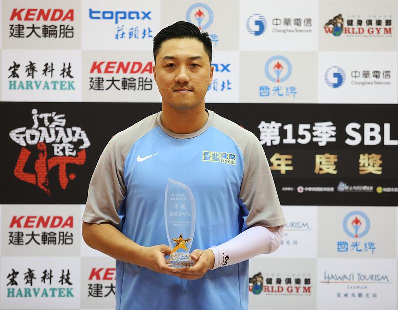 林冠綸獲頒第15季SBL年度最佳第6人。(籃協提供)
