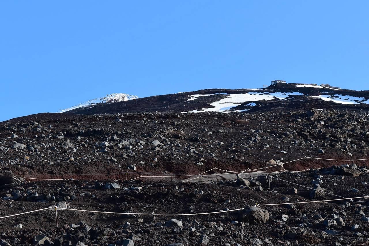 見上げる富士山山頂