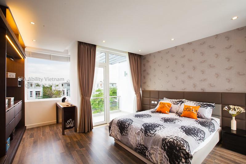 Phòng ngủ tầng 2 nhà mẫu biệt thự Villa Park, view nhiều ánh sáng.