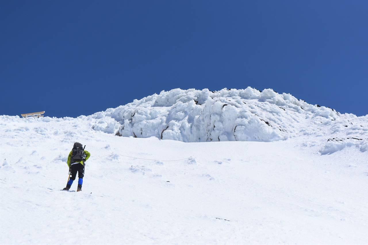 雪と氷の富士山山頂