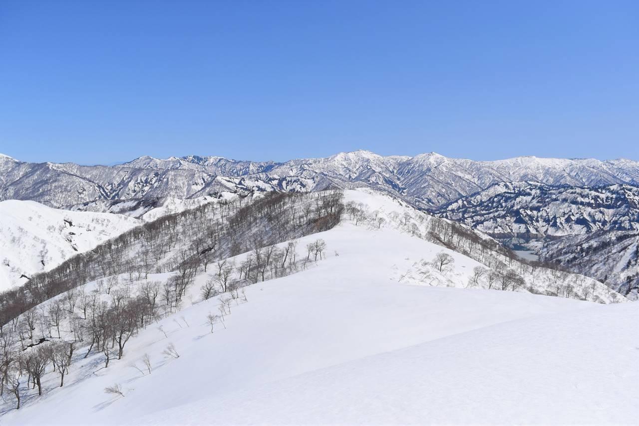 日向倉山から眺める会津朝日岳