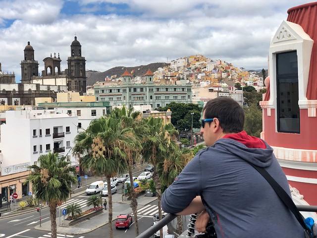 Sele en la terraza del teatro Benito Pérez Galdós en Las Palmas de Gran Canaria