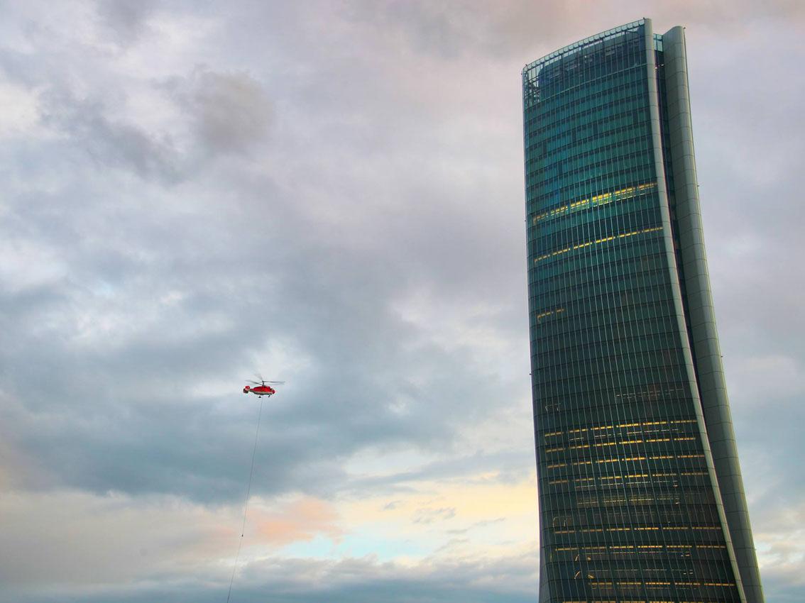 Elicottero Milano : Milano tre torri il montaggio della gru sul tetto dello storto