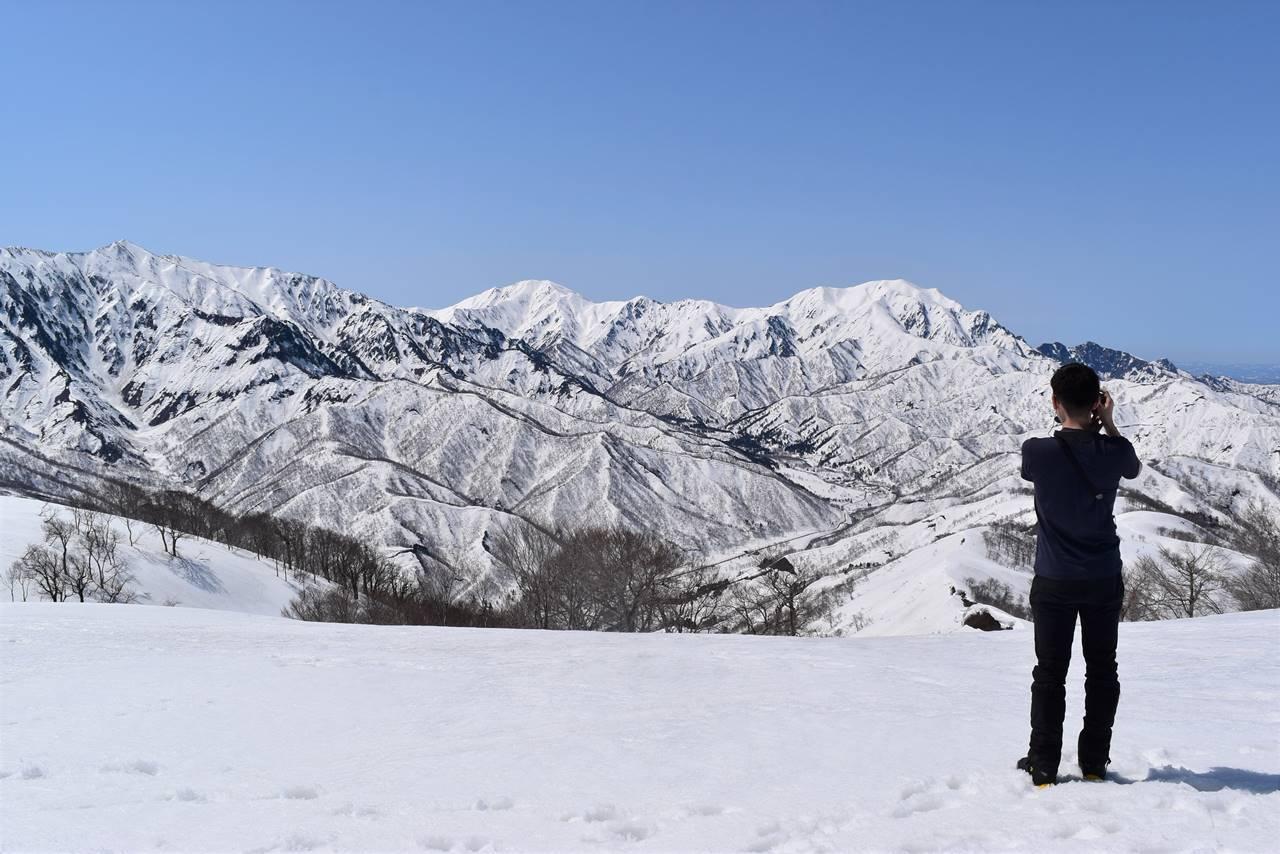 日向倉山から眺める残雪の越後四山