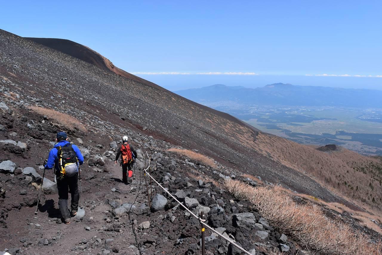 富士山・富士宮コースから見える宝永山の影