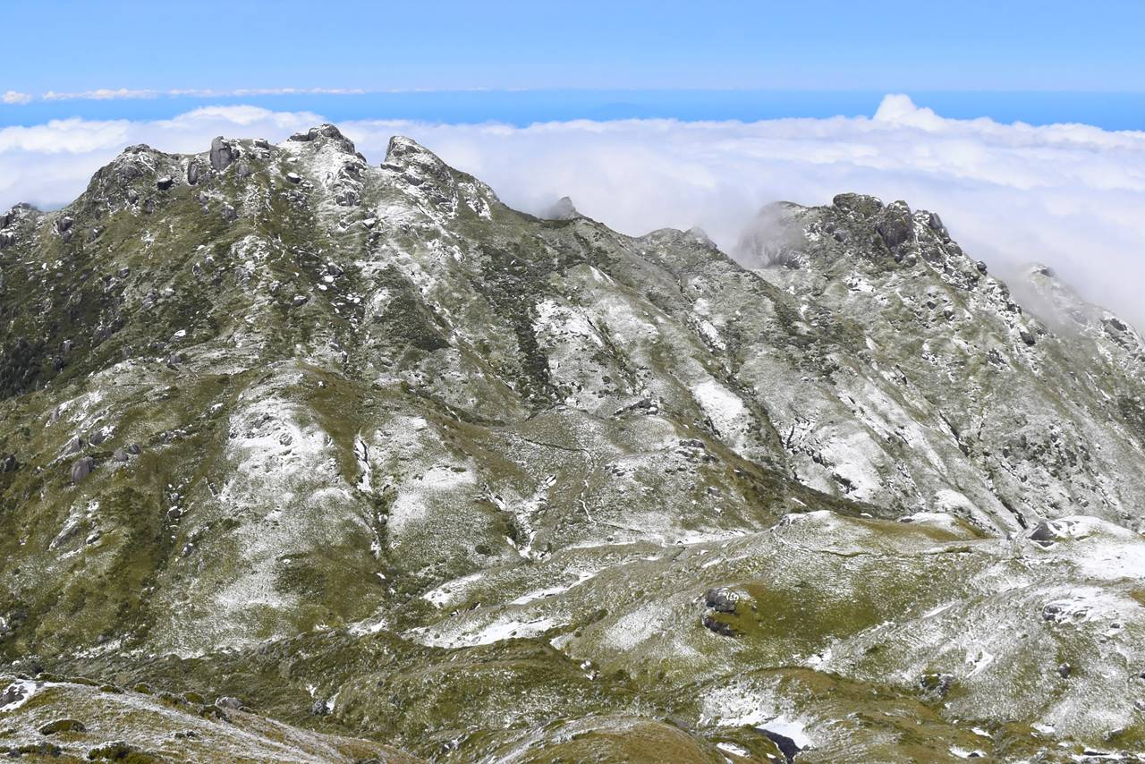 雪の永田岳と雲海