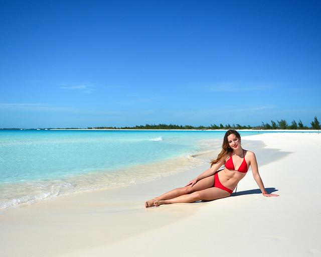 Posando en las arenas blancas de playa Paraíso en Cayo Largo del Sur