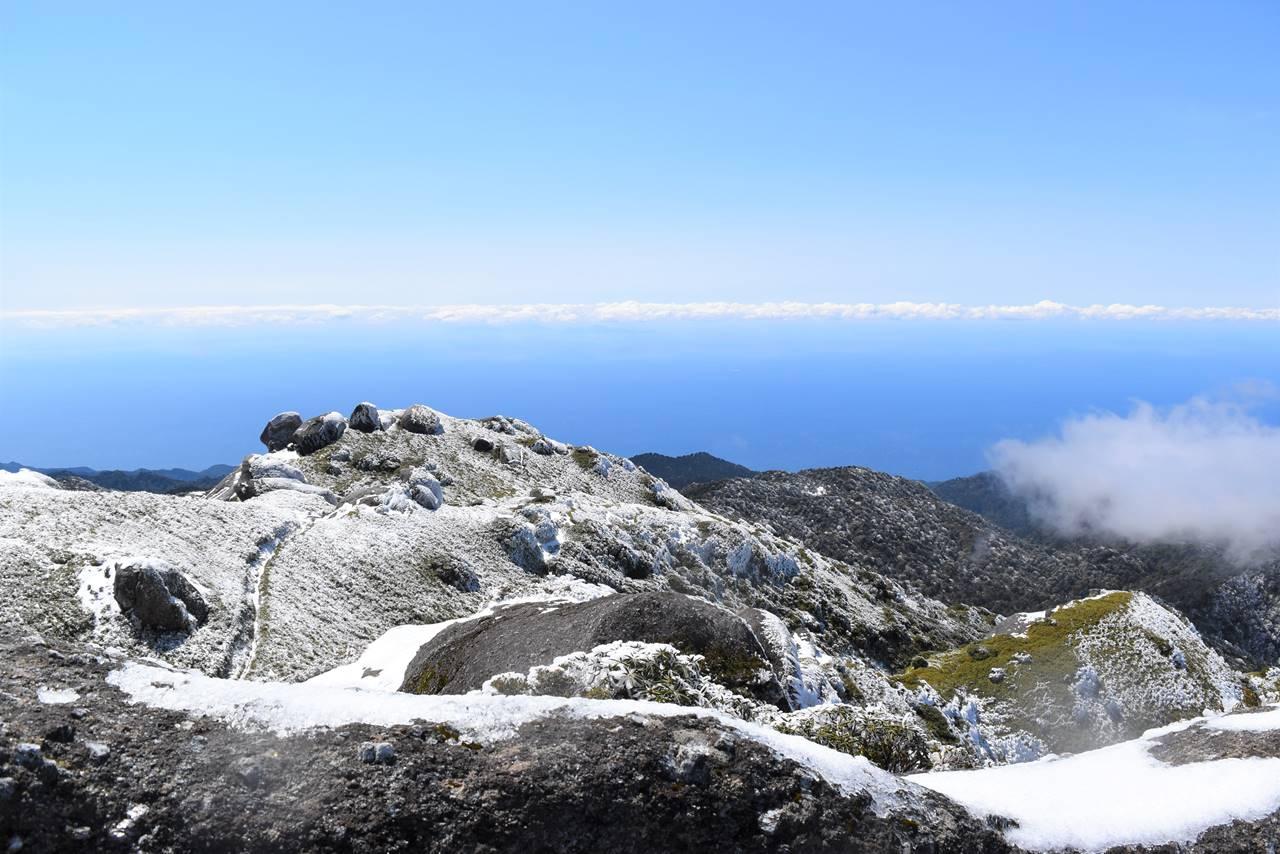 永田岳山頂からの海の展望