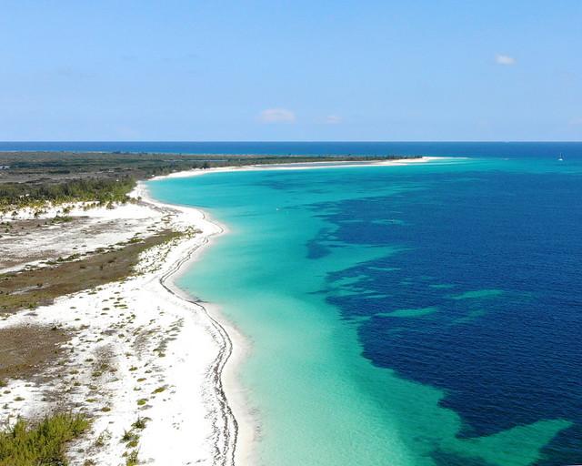 Fotografía aérea de Playa Sirena y Playa Paraíso