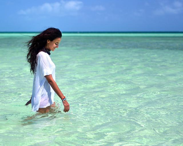 Caminando sobre las aguas de playa Pilar, una de las playas más preciosas de Cuba