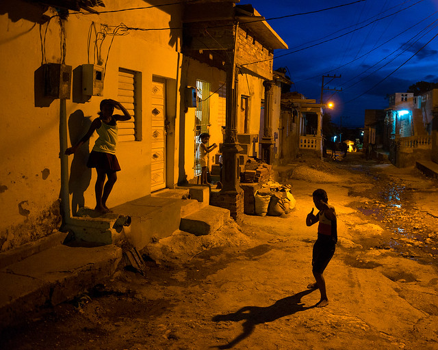 Una de las calles de Trinidad, en Cuba, con niños jugando al atardecer