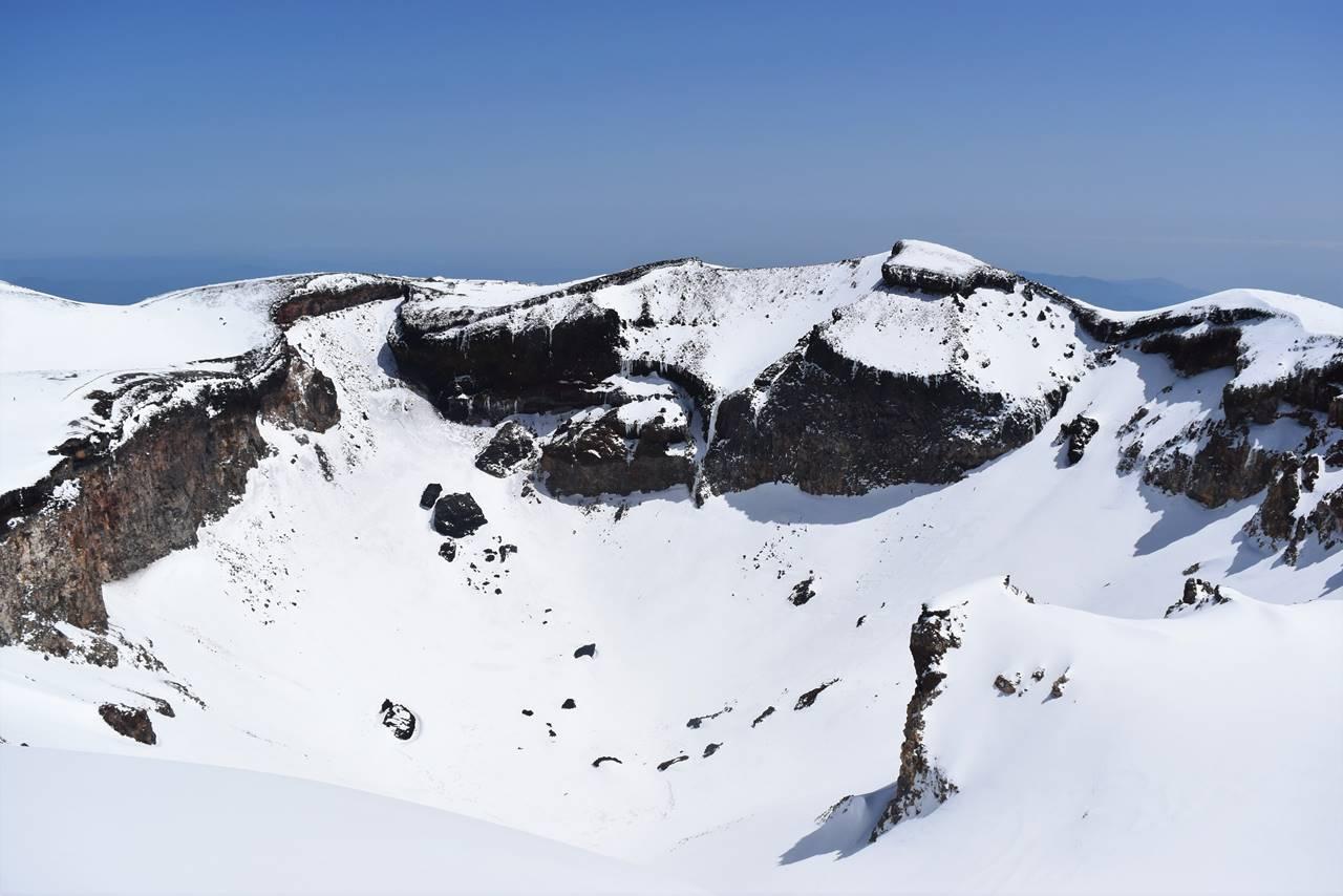 4月の富士登山 山頂の火口