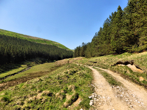 Following the riverside path to Howden Reservoir