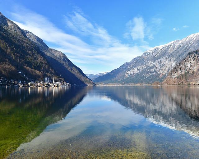 Vistas de Hallstatt junto a las aguas transparentes del lago Hallstätter