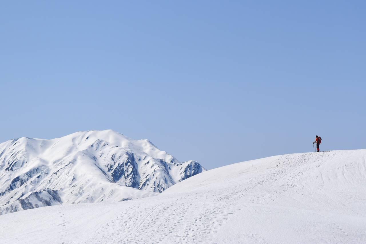 雪の越後駒ヶ岳を望む
