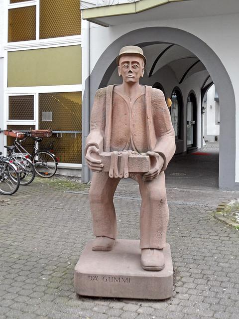 """Figur des Koblenzer Originals """"Dä Gummi"""", ein Hausierer"""