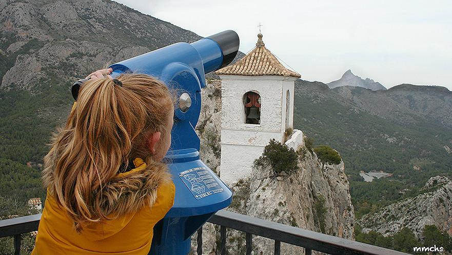 niña en castell de Guadalest