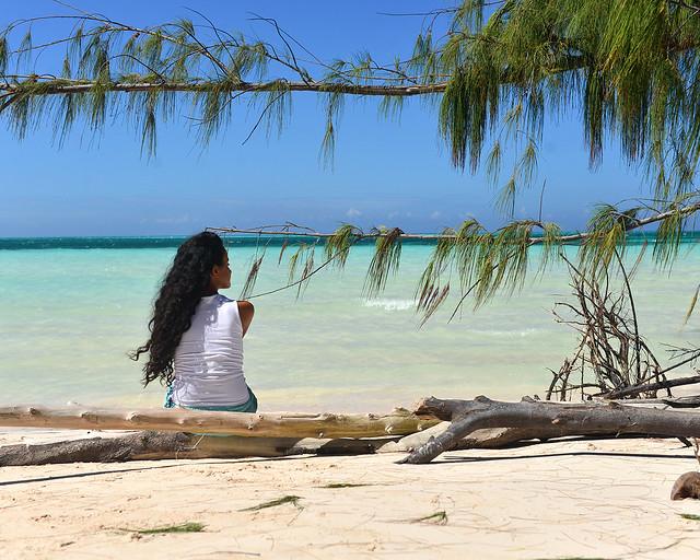 Descansando sentada en un árbol frente a las playas de Cayo Jutías