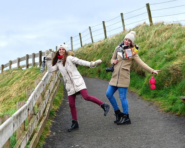 Caminando por uno de los campos de praderas infinitas de Irlanda