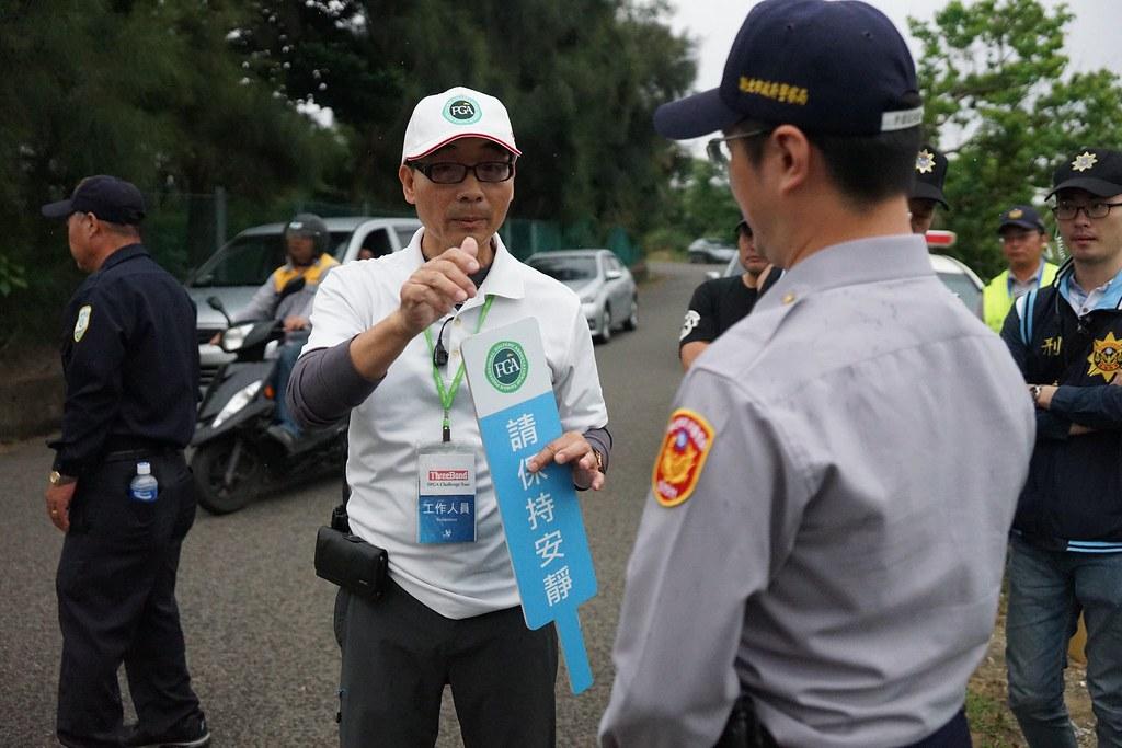 球賽工作人員向警方反映工會音量過大,影響選手擊球,希望警方介入要求工會降低音量。(攝影:王顥中)