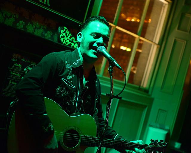 Espectáculo de folk en un pub de Irlanda