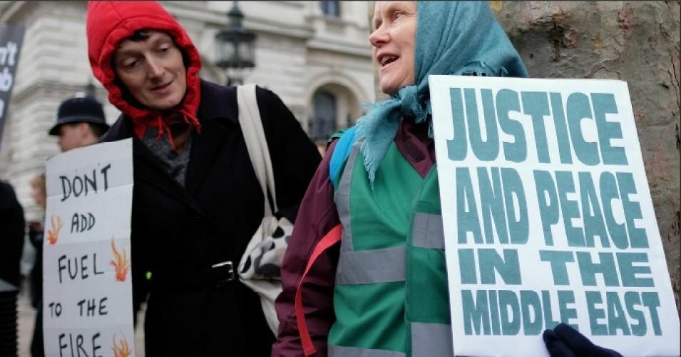 2015年倫敦的「不要轟炸敘利亞」抗議行動,行動者呼籲西方政府不要再對敘利亞內戰火上加油。(攝影:Alisdare Hickson / flickr / cc)
