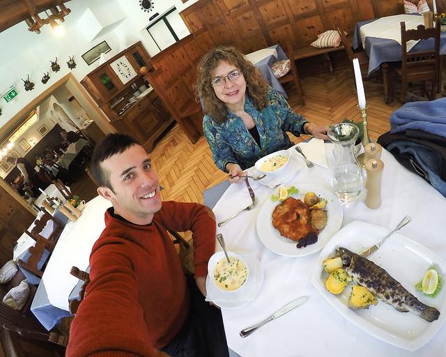 Almorzando en Hallstatt una trucha y el famoso Wiener Schnitzel