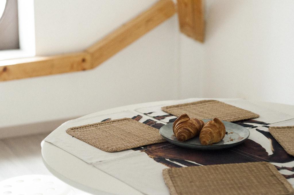 Croissant leżący na stole, poddasze