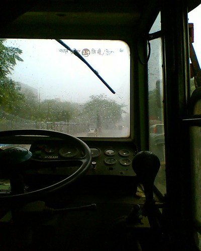 Monsoon 2006 | B. E. S. T. Bus in the rain at 7 Bungalows ...