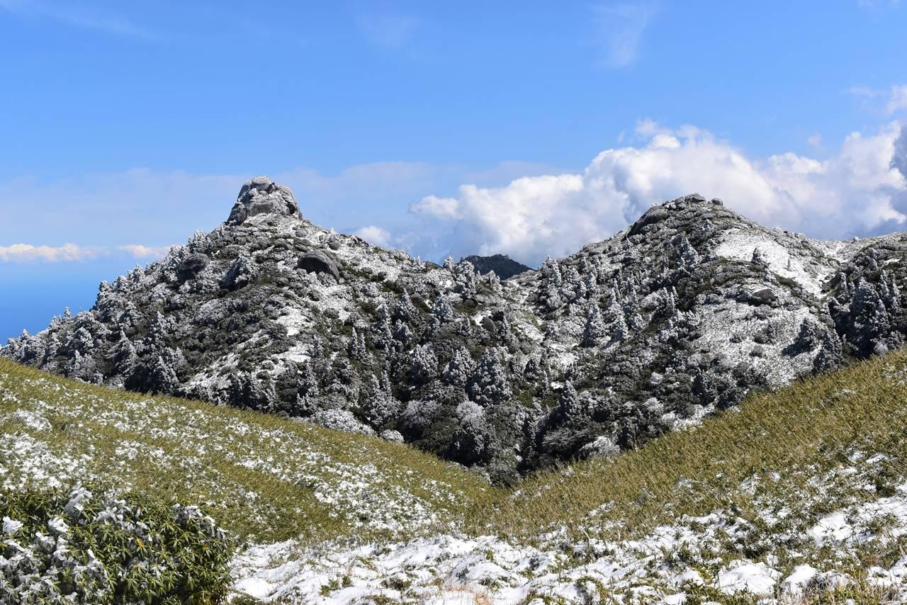 巨岩と樹氷風景
