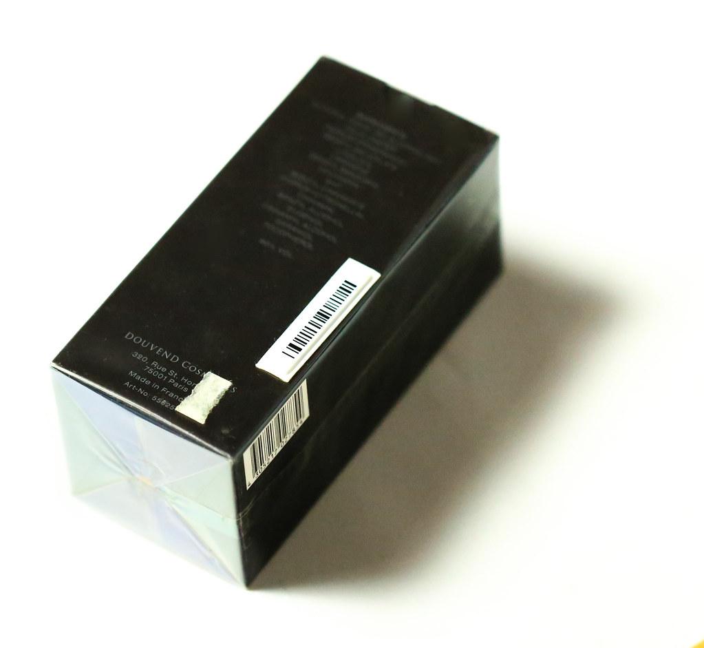 Element zabezpieczający przyklejony do celofanowej folii na zewnątrz perfum