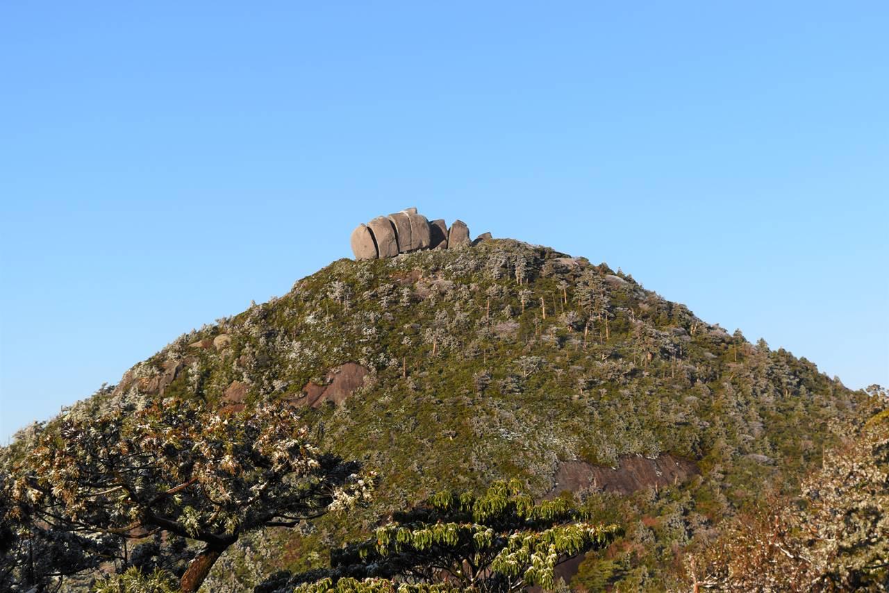 高盤岳山頂のトーフ岩