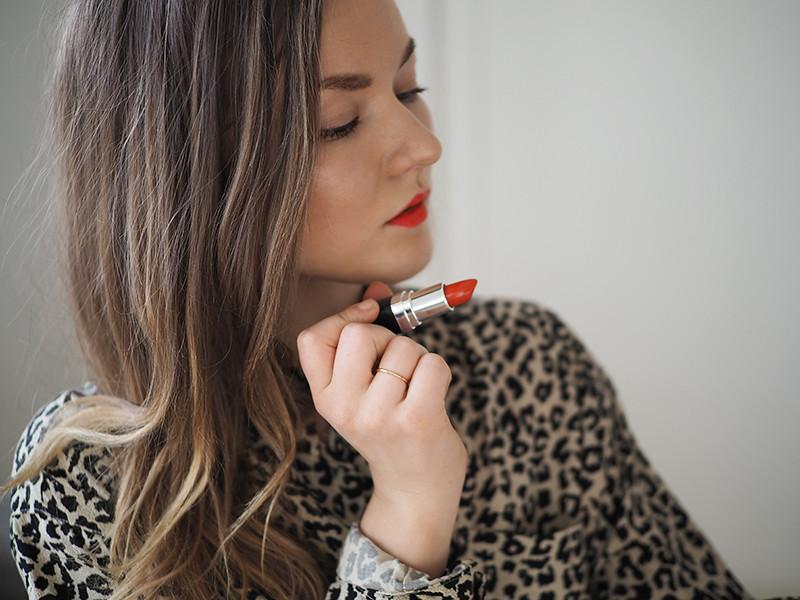 kirkkaan oranssi huulipuna luonnonkosmetiikka