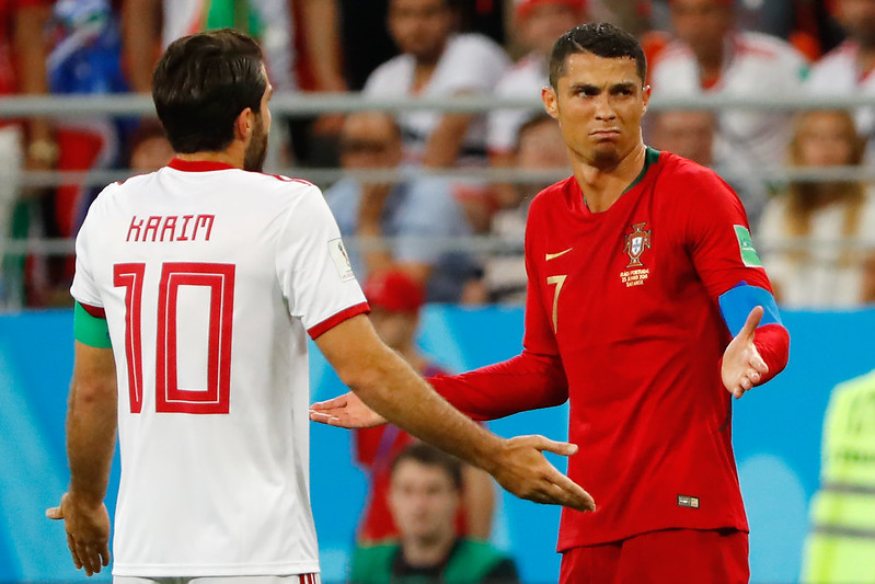 Cristiano Ronaldo肘擊只被判黃牌,伊朗教頭和球員都相當不滿。(AFP授權)