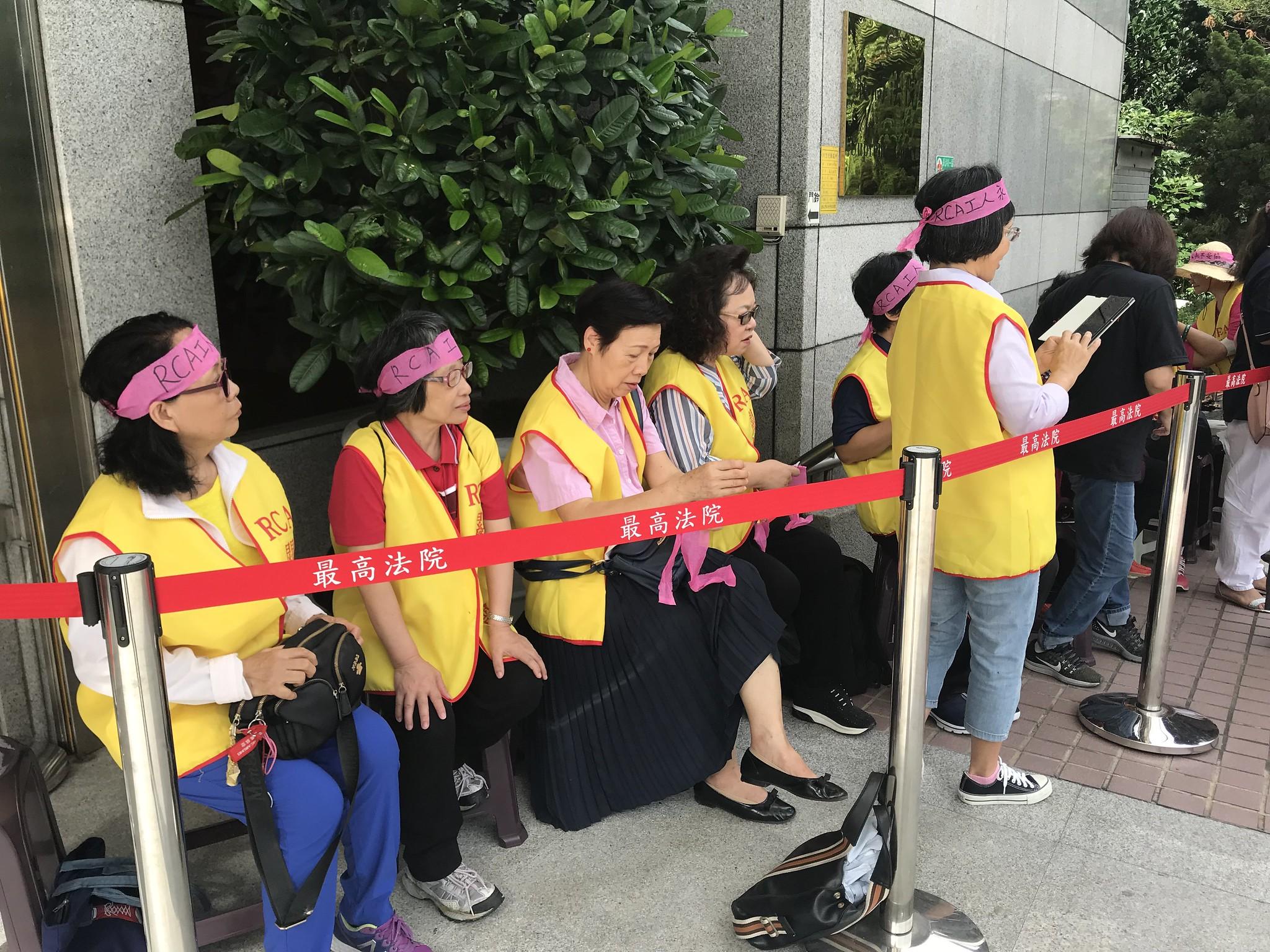 RCA工人自昨晚就到最高法院門前排隊,準備領取旁聽號碼牌。(攝影:張宗坤)