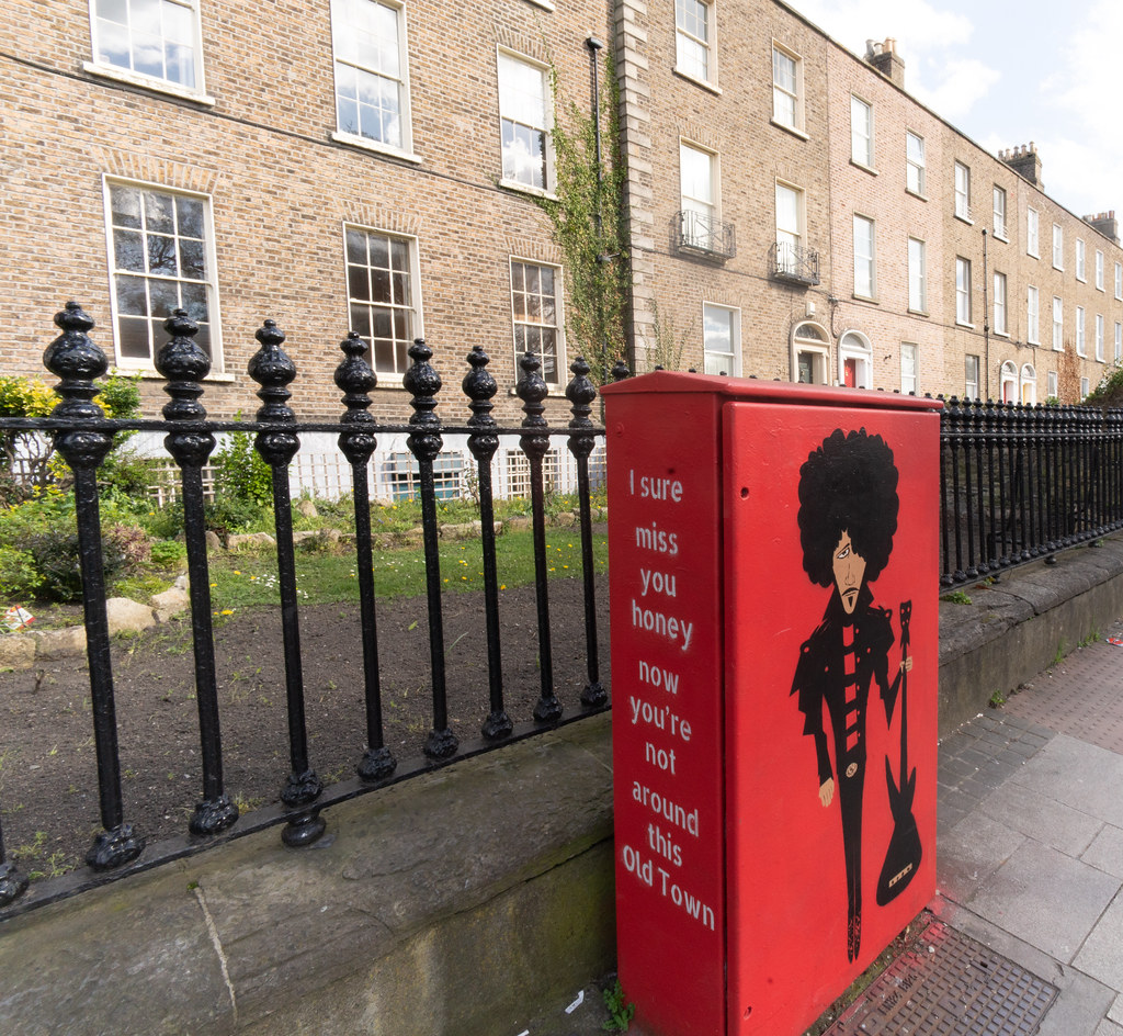 MEMORIAL TO PHIL LYNOTT PAINTED ON A UTILITY CABINET 001