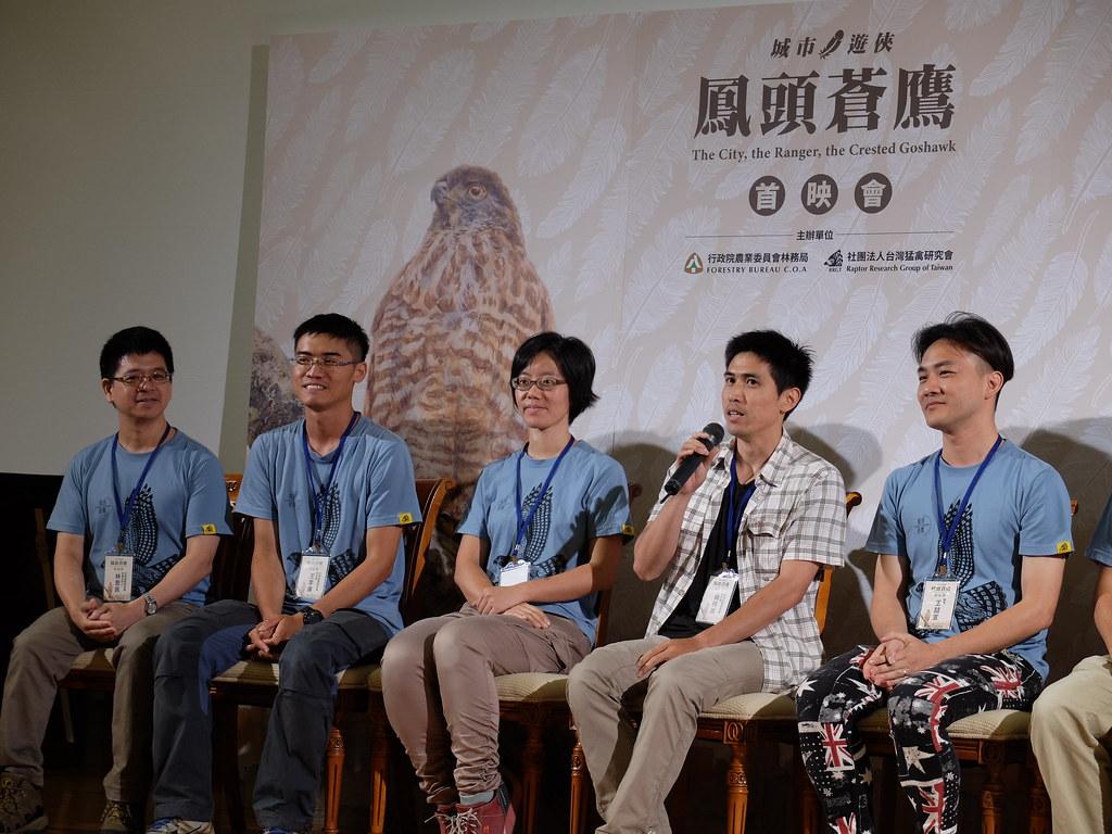 楊明淵(手持麥克風者)表示,離巢後發生意外、或找不到棲地築巢,是城市中鳳頭蒼鷹最大的困境。攝影:林睿妤。