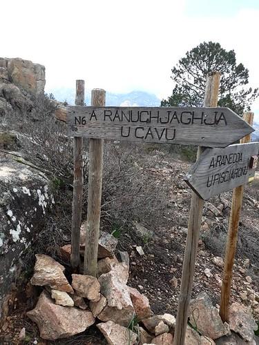 Les panneaux en haut de la montée de Ranuchjaghja sur la piste annexe de Luviu