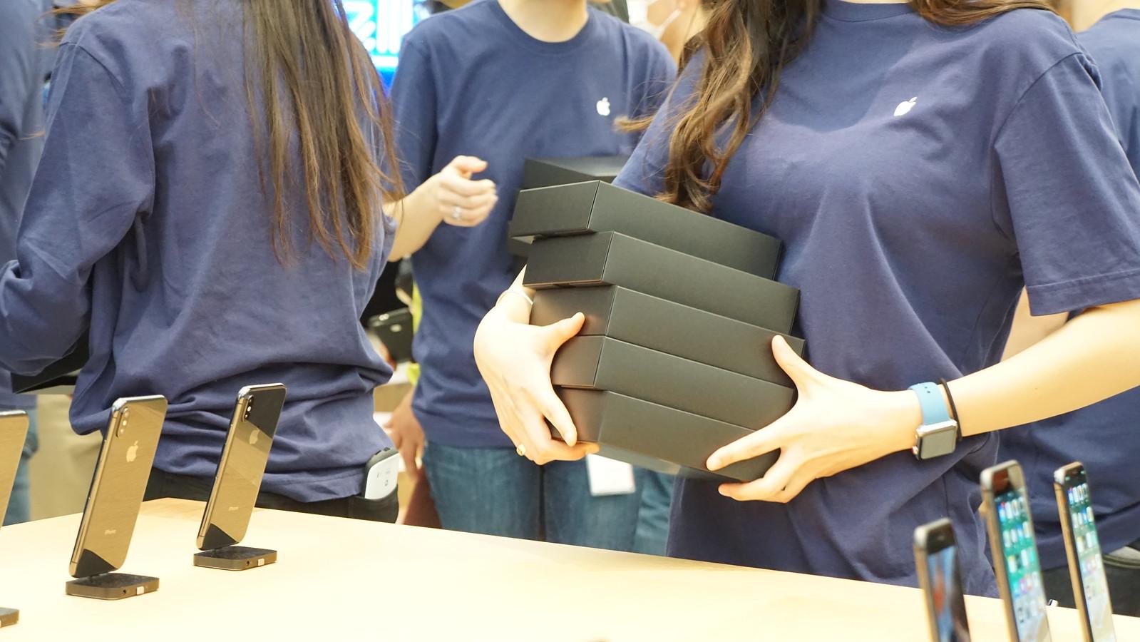 「Apple新宿」のハイタッチ