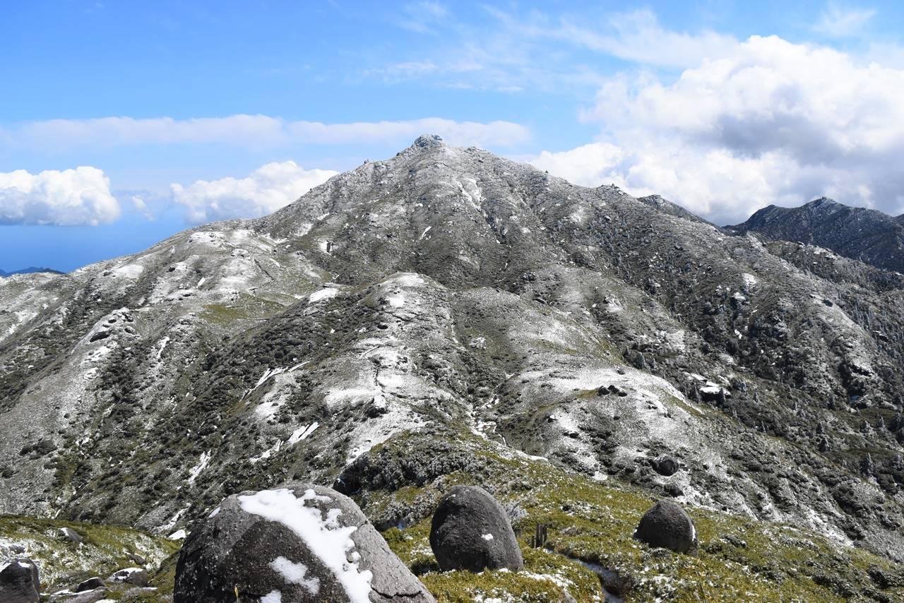 永田岳山頂から眺める雪の宮之浦岳