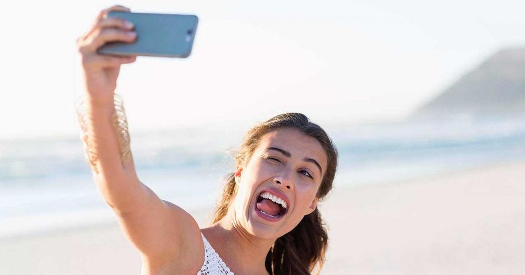 Por qué los selfies y cámaras de móvil nos deforman la cara